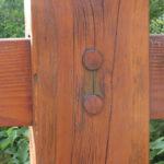 Photo de près d'un membre du bois 2 joint avec une cheville ronde en bois.